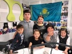 Ақмарал Басирова балаларымен бірге. Жеке мұрағаттан алынған.