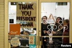 """Шаҳардаги дўконлардан бирининг эшига """"Раҳмат, Президент Обама"""" деб ёзилган, Чикаго, 10-январ, 2017-йил."""