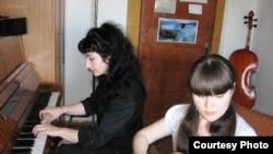 Студентка музыкальной школы № 2 Темиртау на уроке.