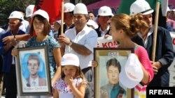 Familjarët e personave të pagjetur me fotografitë e të dashurve të tyre në Prishtinë