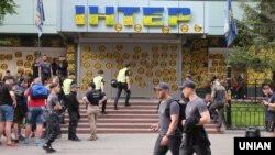 Акция протеста возле здания телеканала «Интер». Киев, 9 мая 2018 года