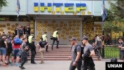 Акція протесту біля телеканалу «Інтер». Київ, 9 травня 2018 року