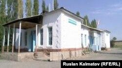 Школа №52 в айыльном аймаке Багыш Сузакского района, куда придут учиться дети в новом учебному году.