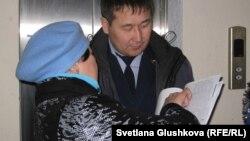 Одна из выселяемых дольщиц разговаривает с судоисполнителем. Астана, 4 апреля 2013 года.