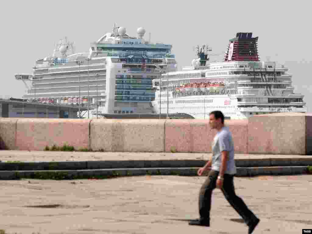 """Круизный лайнер """"Emerald Princess"""" (слева) в порту Санкт-Петербурга с 13 членами экипажа и одним пассажиром, у которых подтвержден грипп A/H1N1"""