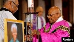 Туту дар маросими мазҳабӣ ба ёди Мандела дар як калисои Кейптаун