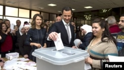 Позаторік в охопленій війною Сирії відбулися парламентські вибори. На фото бюлетень в урну кидає президент Башар Асад, 13 квітня 2016 року
