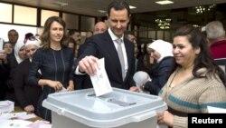بشار اسد، رئیس جمهور سوریه و همسرش در انتخابات شرکت کردهاند.