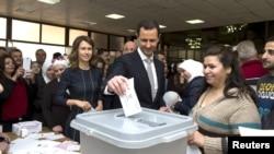 Sirijski predsjednik Bašar al Asad ubacuje glasački listić, Damask, 13. april 2016.