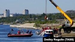 Спасатели на месте столкновения баржи с катамараном на реке Волге. Волгоград, 12 июня 2018 года.