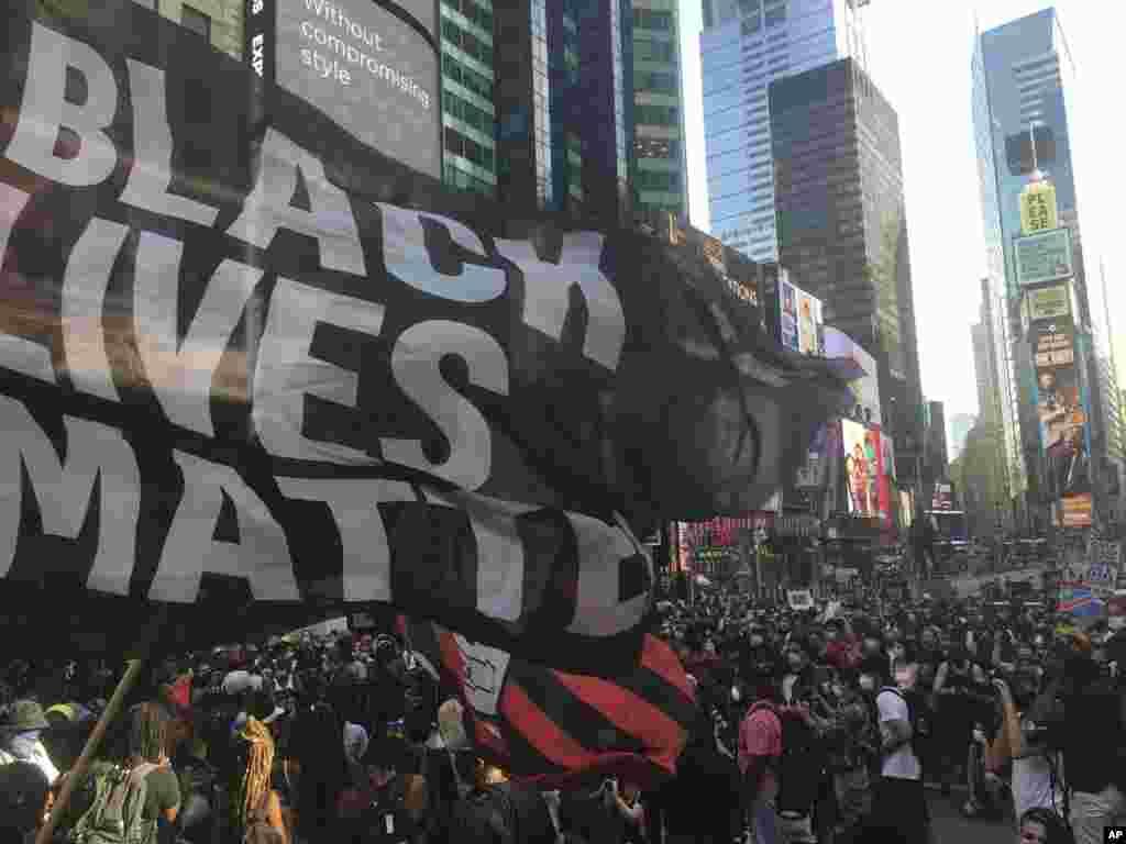 Хода активістів руху «March for Black Womxn» у Нью-Йорку. Акція розпочалась 26 липня 2020 року на Times Square, згодом протестувальники дійшли до 42-ї вулиці
