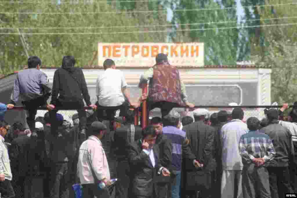 Ошондой эле тополоң уюштурган деп айыпталып камалган 3 адамды тезинен бошотуу талабы да коюлду. - Kyrgyzstan -- Kyrgyz Lawmakers to Discuss the Cause of the Inter-Ethnic Tensions in the Town of Petrovka,30april2009