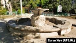 Неработающий фонтан во дворе