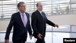ԱՄՆ-ի պաշտպանության նախարար Էշթոն Քարթերն ու Իսրայելի պաշտպանության նախարար Մոշե Յաալոնը Թել Ավիվում, 20-ը հուլիսի, 2015թ.