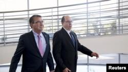 Sekretari amerikan i Mbrojtjes Ash Carter dhe Ministri i Mbrojtjes i Izraelit Moshe Ya'alon