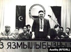 Мәсгуд Гаратуев ТИҮ корылтаенда чыгыш ясый. 1993-94 еллар