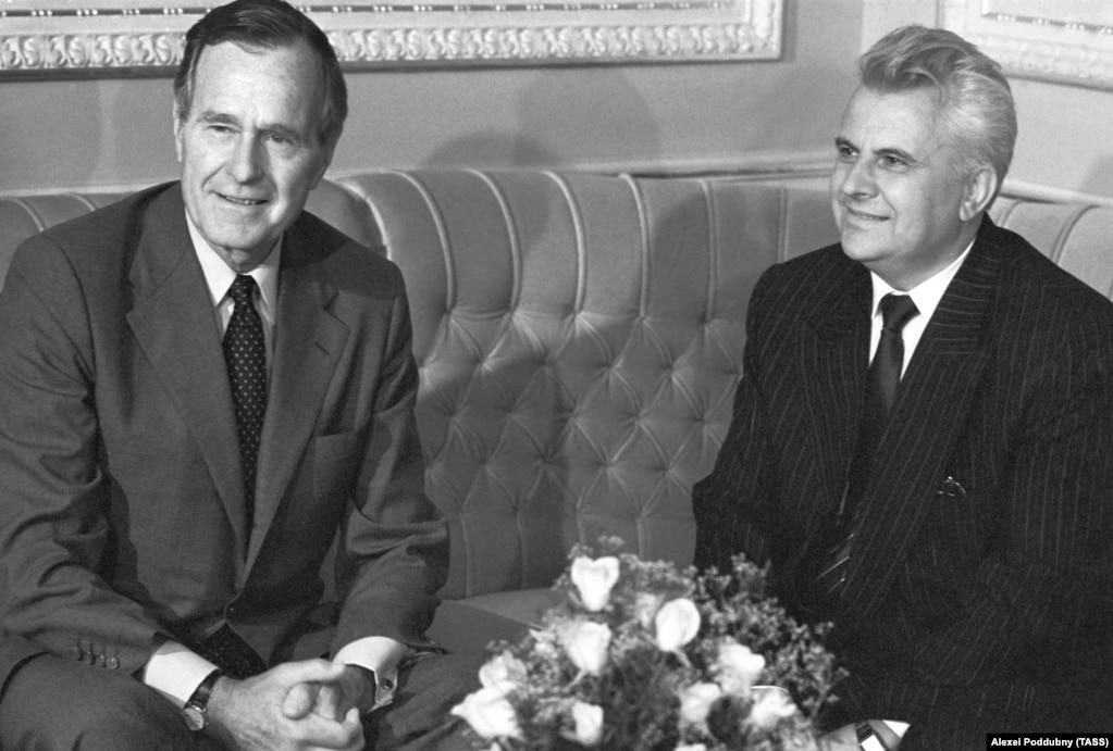 Голова Верховної Ради України Леонід Кравчук (праворуч) і президент США Джордж Буш. Серпень 1991 року