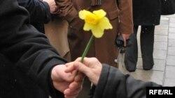 "Udruženje građanki ""Renesansa"" organiziralo je akciju ""Narcisom protiv raka dojke"", 21. mart 2009. Foto: Midhat Poturović"