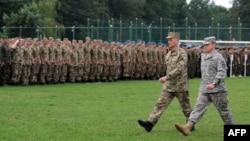 Український та американський командири проходять повз вишикованих бійців обох армій