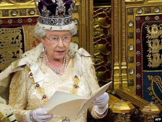 Королева Єлизавета II звертається з традиційною промовою до Палати лордів, Вестмінстер, Лондон, 25 травня 2010 року