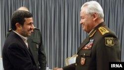 Azerbaýjanyň goranmak ministri Safar Abiýew Eýranyň prezidenti Mahmud Ahmedinejad bilen duşuşýar, 13-nji mart.