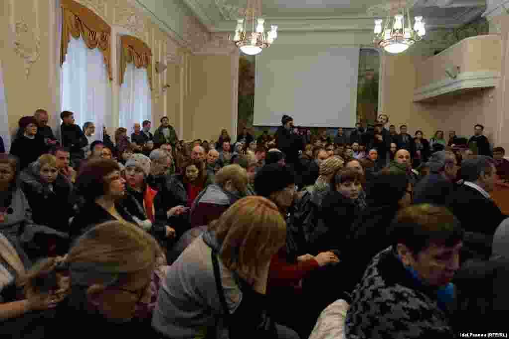 К зданию правительства РТ клиенты банков решили пойти после того, как в Торгово-промышленной палате не смогли ответить на их вопросы. Поэтому недовольные граждане отправились к Кабмину, чтобы вручить президенту Татарстана Рустаму Минниханову ультиматум.