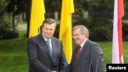Президенты Украины и Польши - Виктор Янукович и Бронислав Коморовский