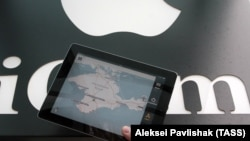 Карта Крыма на экране планшета.