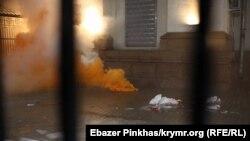 Фото з місця подій під посольством Росії на Повітрофлотському проспекті в Києві