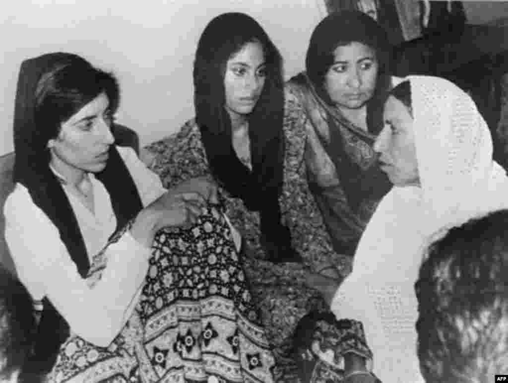 بی نظیر بوتو بعد از اعدام پدرش به دست ژنرال ضیاالحق، رهبری حزب مردم پاکستان را به دست گرفت. این عکس در ماه اوت سال 1985 از او گرفته شده که با کارگران عضو حزب خود دیدار کرده است. بعد از آن وی بازداشت شد و تا دو سال بعد هیچ تصویری از او منتشر نشد.