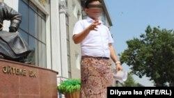 Мужчина в женской юбке перед зданием суда. Шымкент, 10 июля 2017 года.