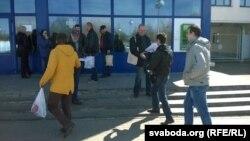 Актывісты СПБ распаўсюджваюць бюлетэнь «Стекляшка» (архіўнае фота)