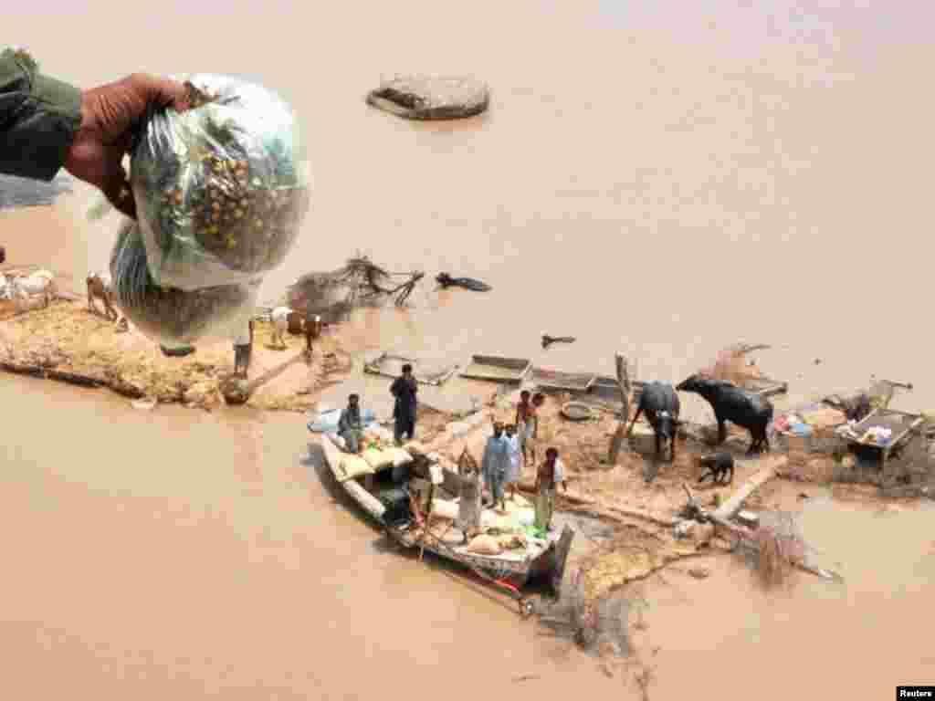 U najvećim poplavama koje su zahvatile Pakistan, u posljednjim desetljećima, život je izgubilo preko 1600 ljudi. Prema podacima UN-a, oko 13,8 milijuna ljudi pogođeno je poplavama, što ovu tragediju čini većom od one koju je prouzrokovao tsunami 2004-te godine. Foto: REUTERS