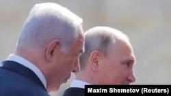 Ресей президенті Владимир Путин мен Израиль премьер-министрі Биньямин Нетаньяху (сол жақта) Жеңіс күніне арналған әскери парадты тамашалап тұр. Мәскеу, 9 мамыр 2018 жыл.