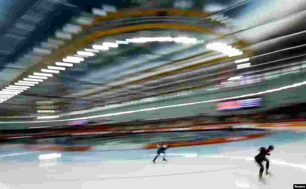 Конькобежный забег на 1000 метров: Чжан Хун из Китая и Кристин Нжсбит из Канады. Победа за Китаем