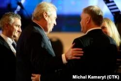 Президент Чехии Милош Земан дружески общается с Владимиром Якуниным (справа) - бывшим главой РЖД, приближенным Владимира Путина