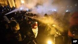 Столкновения участников протестов с полицией. Будапешт, 13 декабря 2018 года.
