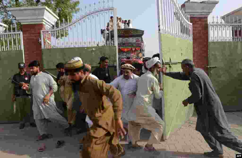 Internally displaced Pakistanis force their way into a food distribution centre in Bannu on June 23. (AFP/A Majeed)