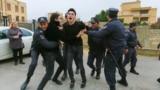 Baku. Polisiýa aktiwisti tutýar. Arhiw suraty