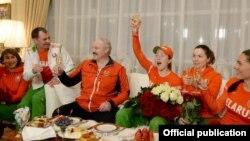 Аляксандар Лукашэнка са спартоўцамі. Ілюстрацыйнае фота