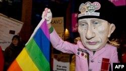 """Almaniya - Putin """"homoseksualların bayrağını"""" yelləyir. Rusiyada qəbul edilmiş qalmaqallı qanuna etiraz aksiyası, 18 dekabr 2013"""