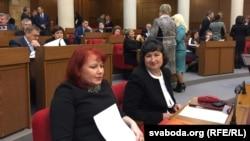 Незалежная дэпутатка Алена Анісім (справа) з памочніцай у Палаце прадстаўнікоў