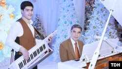 Prezident Gurbanguly Berdimuhamedow agtygy Kerimguly bilen aýdym aýdýar. TDH-nyň suraty