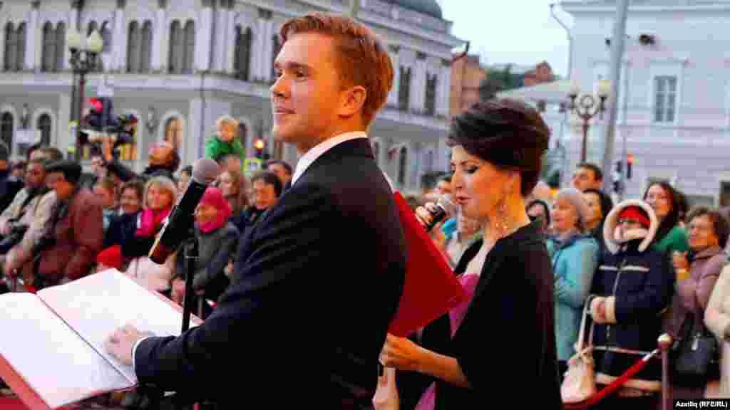 Кызыл келәм чарасын алып баручылар җырчы Алсу Әбелханова һәм актер Руслан Сабиров