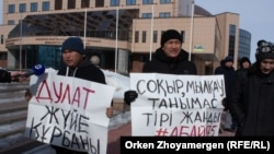 Protesters in the capital Nur-Sultan call for an investigation into the death of a Kazakh activist.