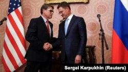 Rusiya və ABŞ enerji nazirləri Aleksandr Novak (sağda) və Rick Perry sentyabrın 13-də Moskvada görüşüblər