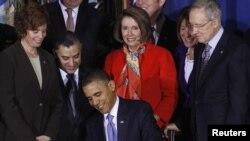 """Барак Обама подписывает закон, предусматривающий отмену принципа """"не спрашивают, не говори"""", Вашингтон, 22 декабря 2010"""