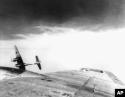 Німецький винищувач Messerschmitt 410, сфотографований із кабіни американського бомбардувальника Boeing B-17 «Літаюча фортеця» під час атаки ВПС США на нафтобазу на кордоні із Чехословаччиною, 1944 рік