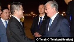 Китайские должностные лица встречают президента Казахстана Касым-Жомарта Токаева (справа) в аэропорту Пекина. 10 сентября 2019 года.
