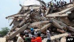 Спасатели и добровольцы разбирают завалы обрушившегося здания в городе Савар. Бангладеш, 25 апреля 2013 года.